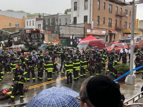 中国侨网上百消防员冒雨抢救,被压工人仍在险境。(美国《世界日报》记者洪群超/摄影)