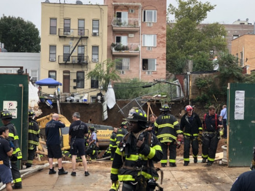 上百消防员冒雨抢救,被压工人仍在险境。(美国《世界日报》记者洪群超/摄影)