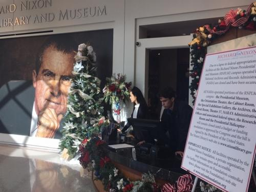 中国侨网尼克松图书馆/博物馆已关门超过两周。大厅上张贴着关门告示。工作人员表示,之前也曾经历关门,但这次是时间最长的一次。(美国《世界日报》/杨青 摄)