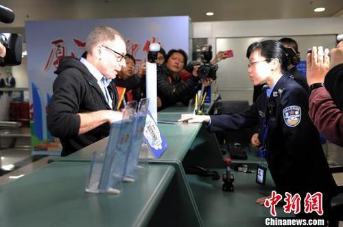 中国侨网2019年,外国人144小时过境免签政策,新年首日在厦门正式落地。 供图 摄