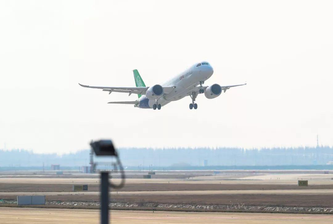 ▲资料图片:2018年12月28日,C919国产大型客机103架机在上海浦东国际机场起飞(新华社)