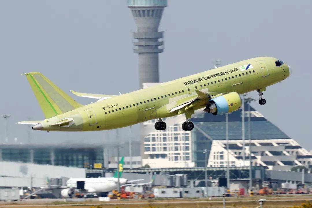 ▲10月24日,C919大型客机105架机在上海浦东国际机场起飞。(新华社)