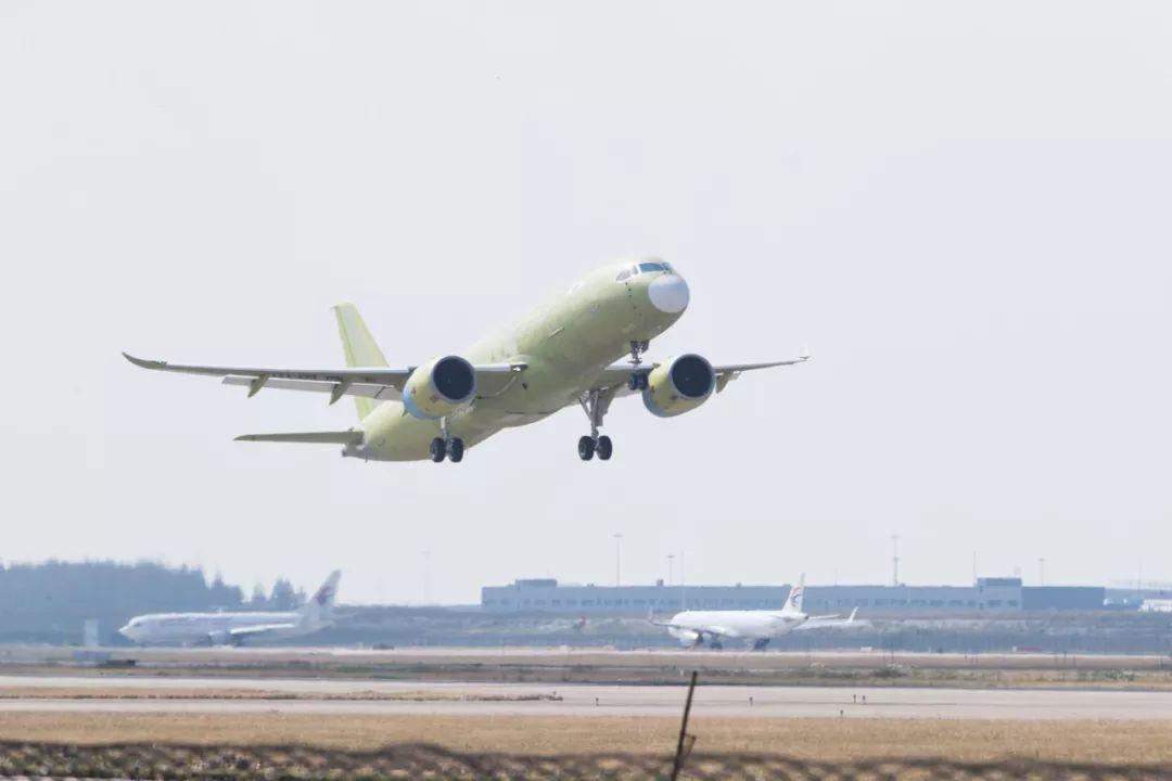 ▲C919大型客机105架机成功试飞(新华社)