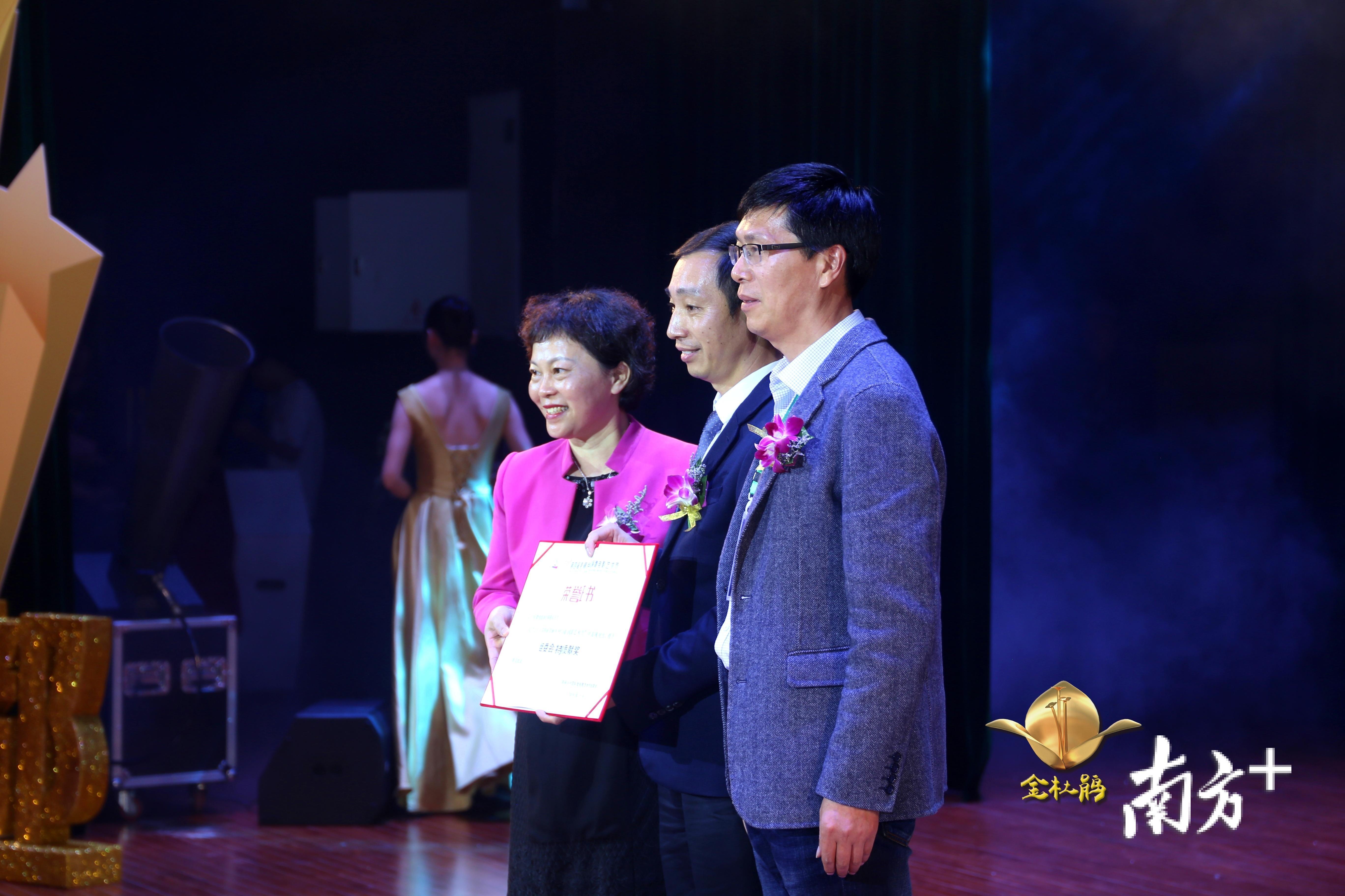 陈敬武获美丽乡村国际微电影艺术节组委会颁发杰出贡献奖。主办方提供