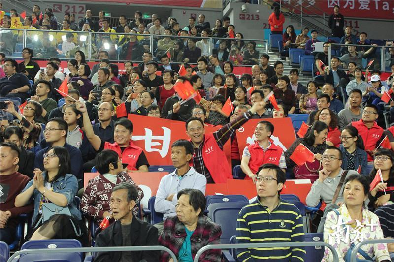 逾2000名观众来到现场为中国男排加油。黄绍侦 摄