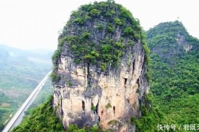 广西有一座石头山,四周都是绝壁没有路,山顶上却有人工痕迹