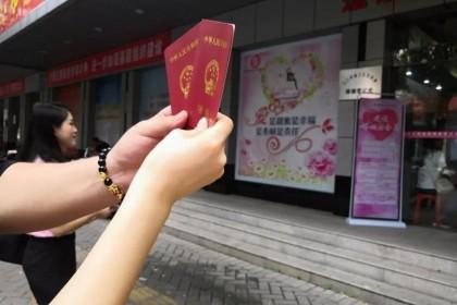"""""""甜蜜暴击"""",又是一年""""520"""",江门市超1000对新人扎堆领证!"""
