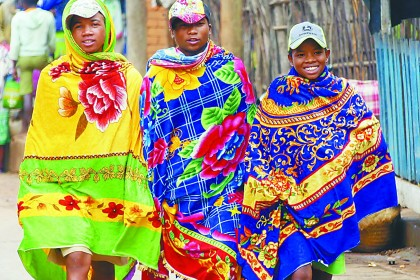 奇异的风俗 马达加斯加男人披花毯子扮帅