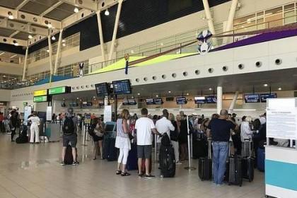 中国大妈在机场惨遭遣返 和海关人员对话需慎重