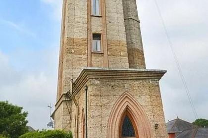 大叔买下高塔改建成家 几十年后爬不动楼梯想卖了