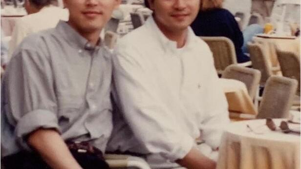 张国荣唐鹤德30年前珍贵合影曝光,唐先生模样憨直造型好尬