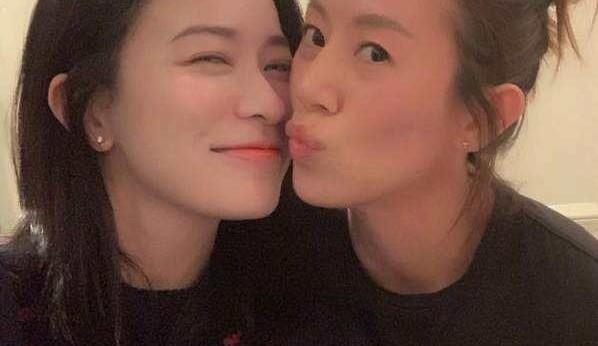 女星穿闺蜜佘诗曼设计泳衣 挺5个月孕肚拍写真