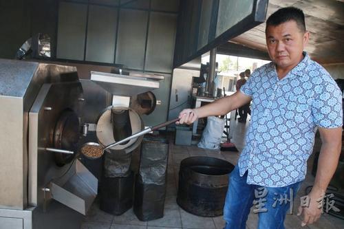 """马来西亚""""咖啡乌""""工艺传承者:制咖啡需先懂历史"""